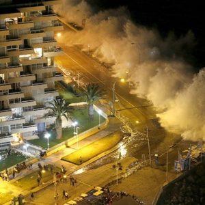#Video Monstruosas olas arrasan las costas de Chile engullendo todo a su paso 29