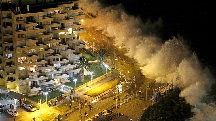 #Video Monstruosas olas arrasan las costas de Chile engullendo todo a su paso 3