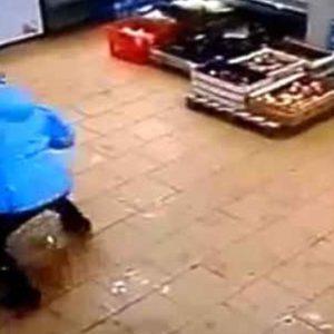 #Video Mujer golpea brutalmente a su hijo por no poder retirar dinero del cajero 27