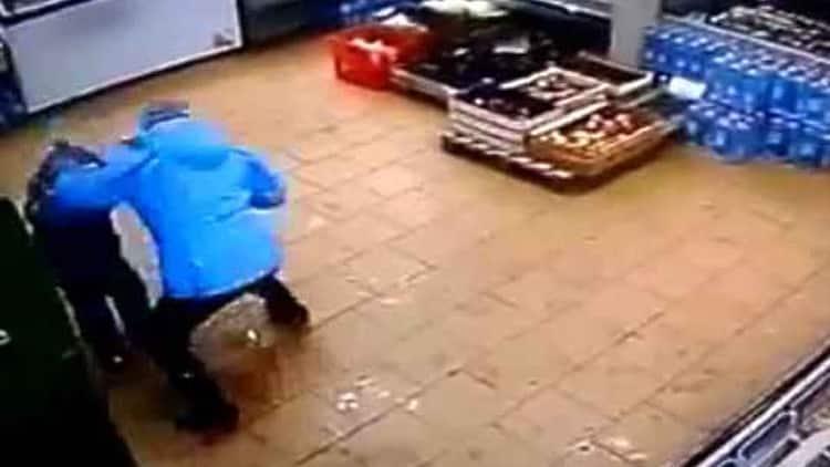 #Video Mujer golpea brutalmente a su hijo por no poder retirar dinero del cajero 13