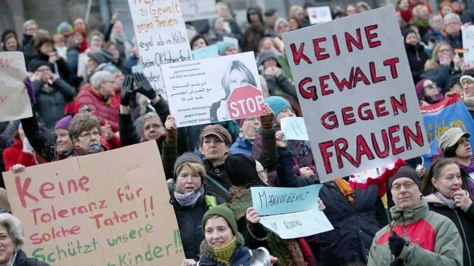 Manifestación en las inmediaciones de la catedral de Colonia en contra del racismo y el sexismo tras las agresiones múltiples acontecidas en Nochevieja en la ciudad. (EFE)