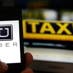 Llama un taxi a través de Uber y llega un furgón con solo dos sillas de madera en su interior 4