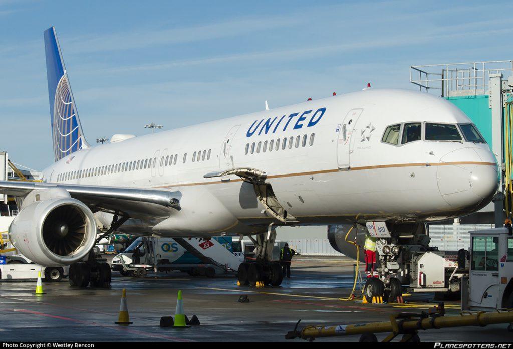United Airlines prohíbe embarcar a tres pasajeras en un vuelo por llevar 'leggings' 15