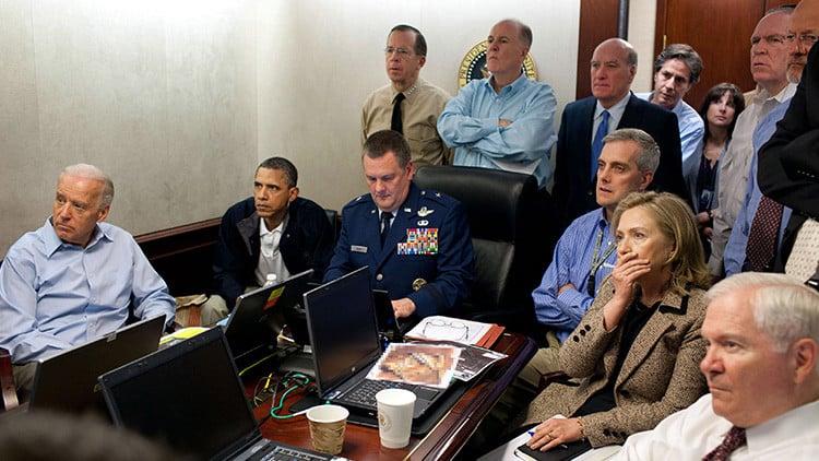 Barack Obama junto a miembros de su gabinete, siguiendo el desarrollo de la Operación Gerónimo, en la que fue abatido Osama Bin Laden. Mayo de 2011.