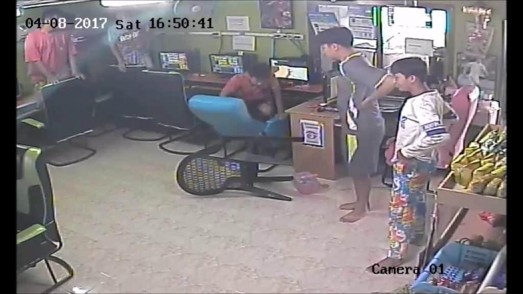 Terror en el cibercafé: una serpiente entra a chatear y cunde el pánico 2