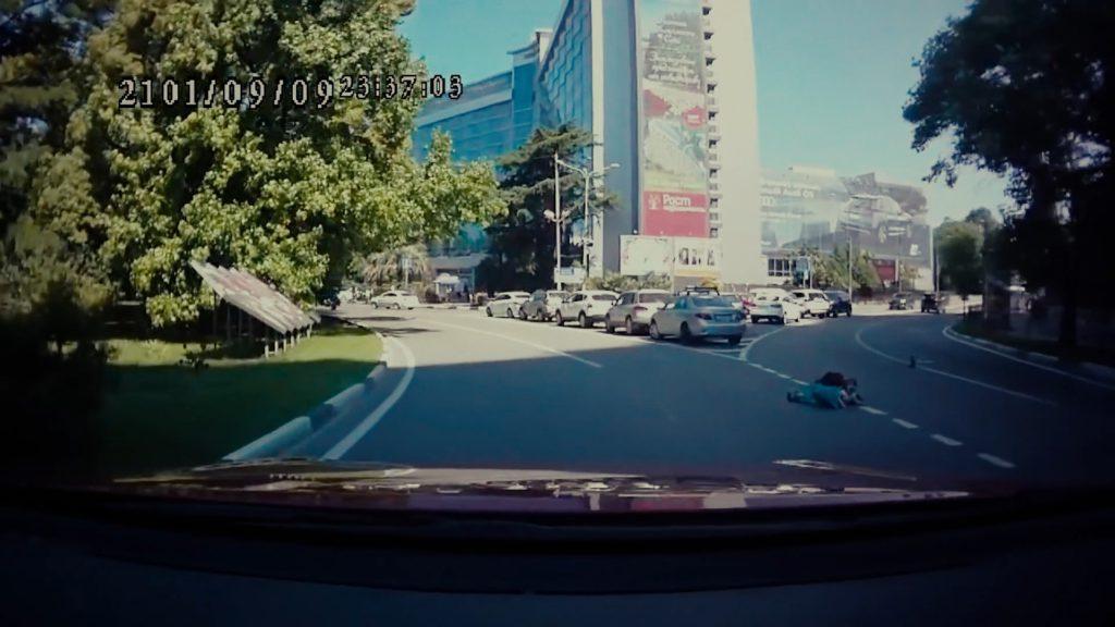 #Video Se abre el maletero del coche en marcha y una niña de tres años cae a la carretera 2