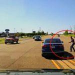 #Video Se mete por la ventana de un coche para salvar al conductor que sufría convulsiones 7