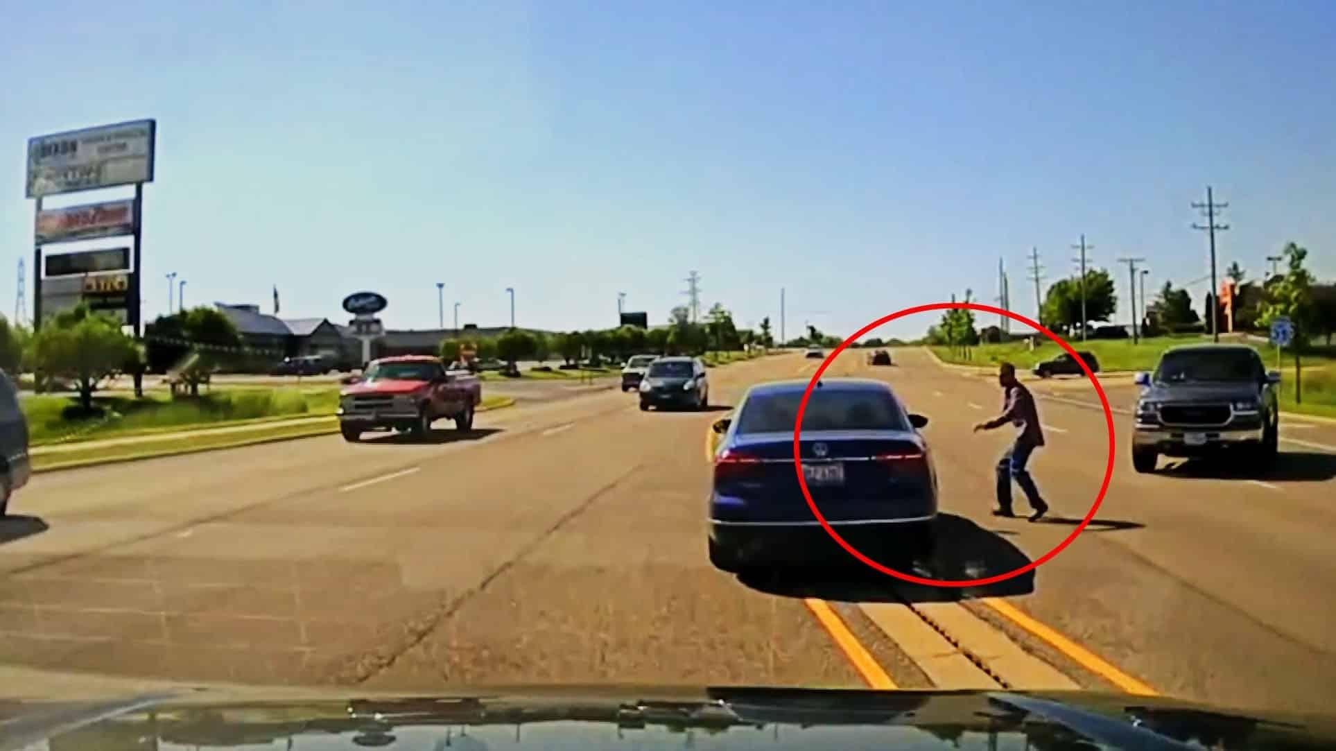 #Video Se mete por la ventana de un coche para salvar al conductor que sufría convulsiones 14