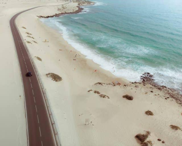 Carretera de Corralejo en la isla de Fuerteventura (Canarias)