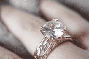 diamante 300x200 - 30 años de Comprarlo en 13$ Descubre que es un Anillo de Diamante