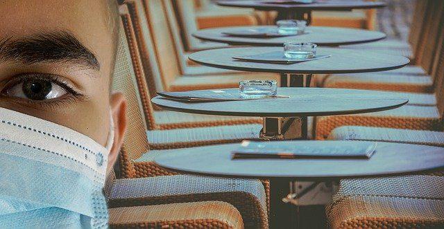 comer-en-terraza-de-bar-o-restaurande-covid-19