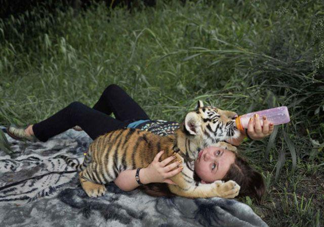 La fotógrafa Robin Schwartz muestra la conexión de su hija con animales de todo tipo 16