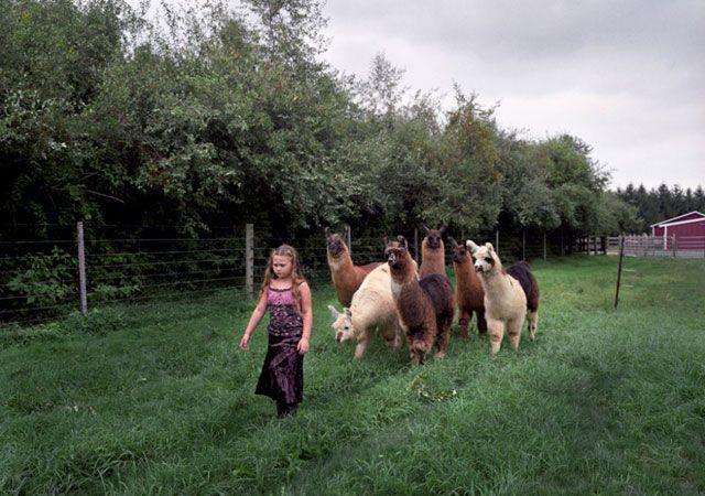 La fotógrafa Robin Schwartz muestra la conexión de su hija con animales de todo tipo 22