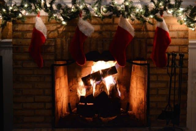 tradición de colgar calcetines navideños en la chimenea